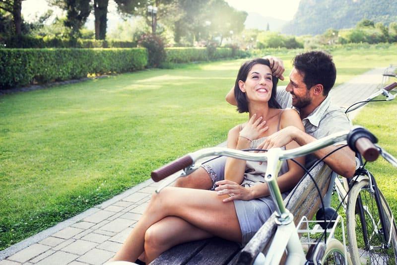Paar sitzt auf der Bank im Park