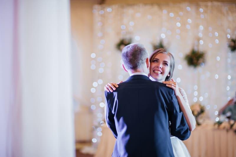 Vater und Tochter tanzen auf einer Party