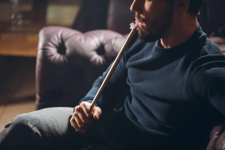 ein Mann, der eine Wasserpfeife raucht