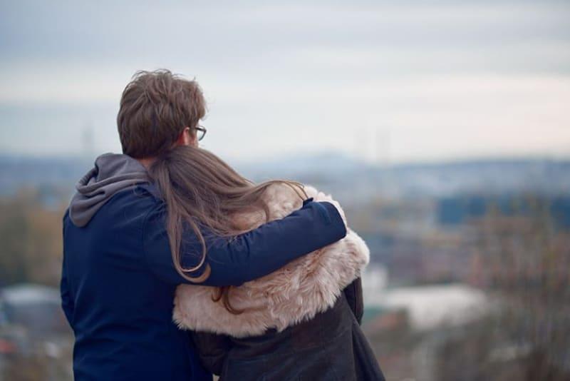 der Mann, der das Mädchen umarmte