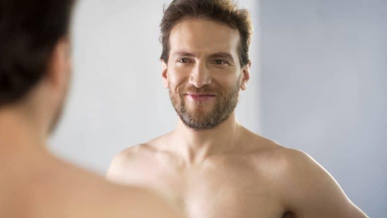 ein Mann, der in den Spiegel schaut