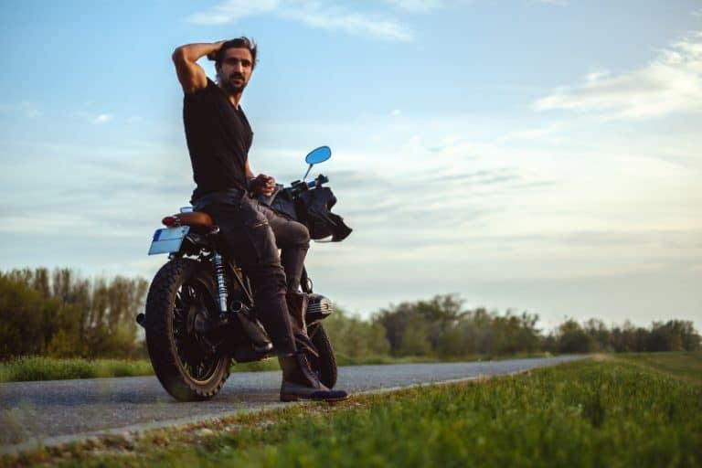 ein Mann sitzt auf einem Motorrad1