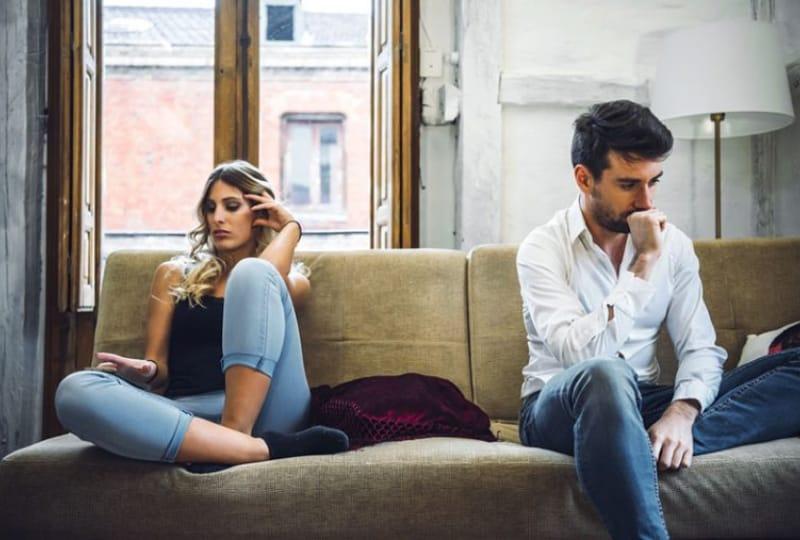 ein Mann und ein Mädchen, die in einer schlechten Beziehung sind