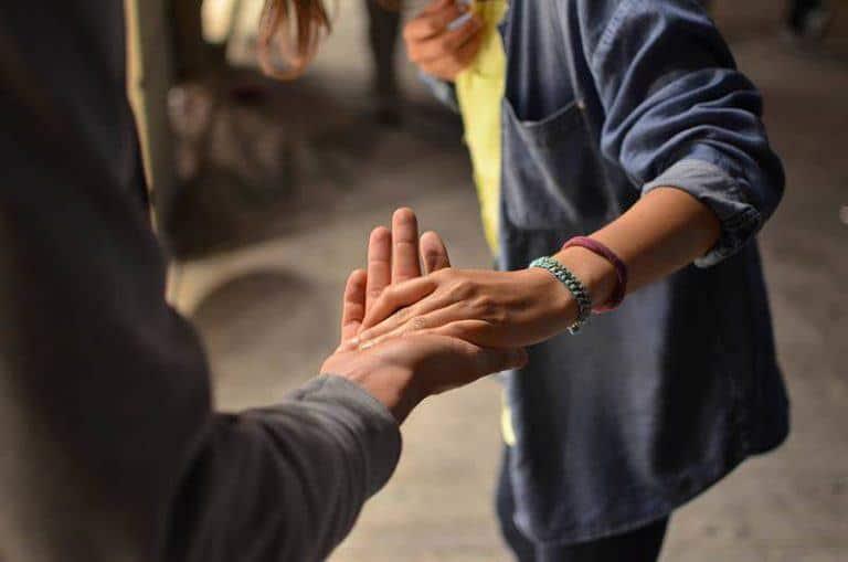 ein Paar, das Hand in Hand hält