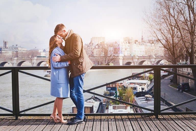 ein Paar steht auf einer Brücke