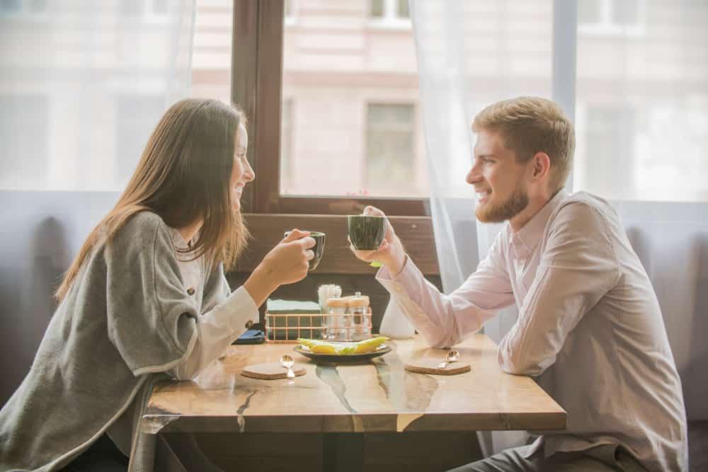 ein junges Paar redet und trinkt Kaffee