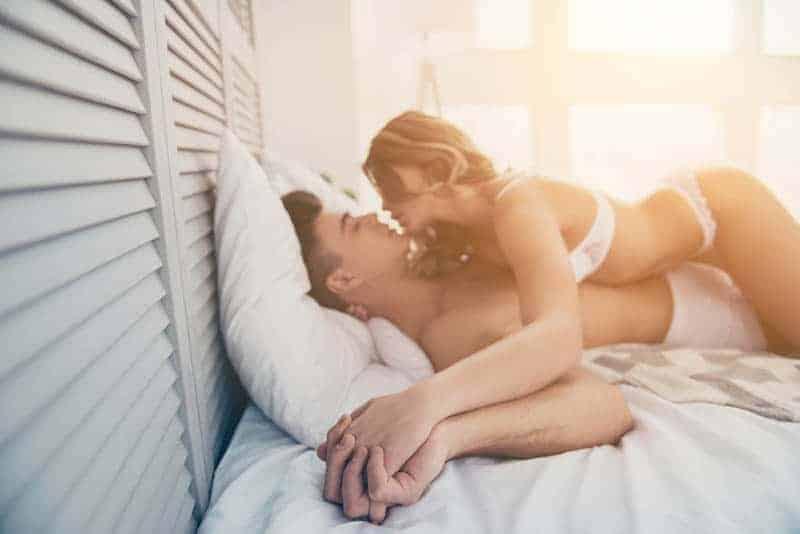 ein liebendes Paar fickt auf einem weißen Laken