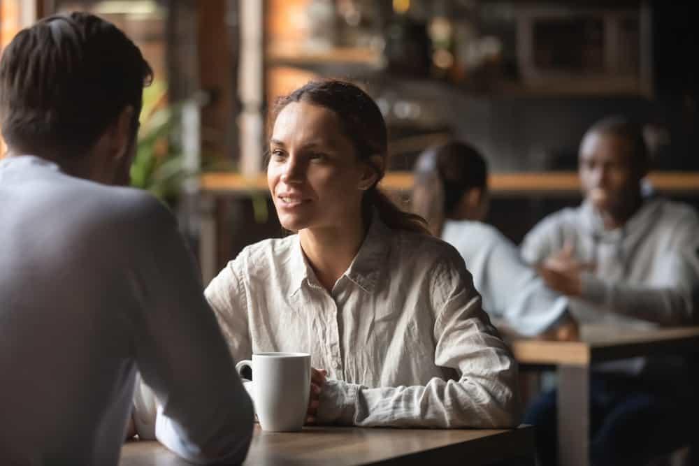 ein liebevolles Paar, das in einem Café spricht