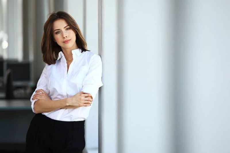 ein schönes attraktives Mädchen in einem weißen Hemd
