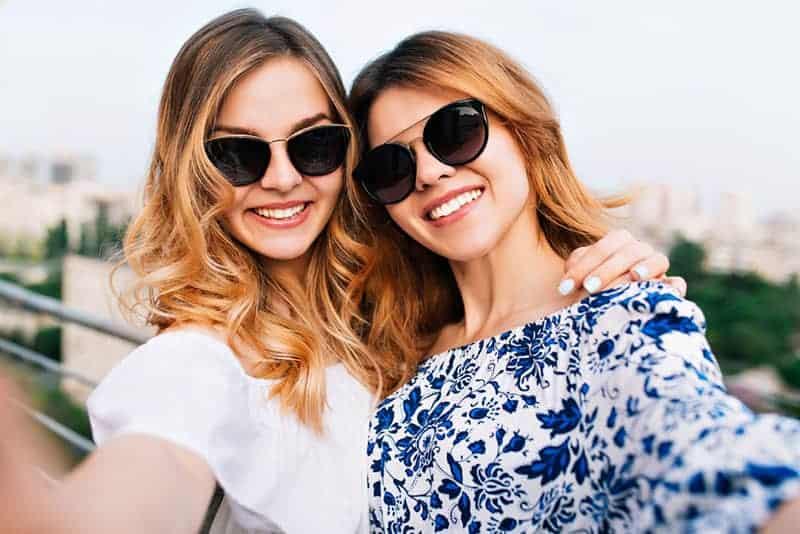 glückliche Frauen, die Selfie nehmen