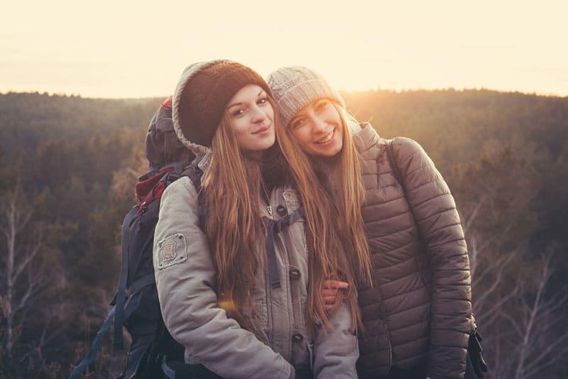 junge Frauen posieren in der Natur