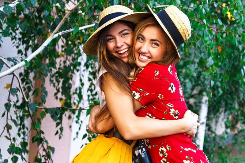 junge Frauen umarmen sich