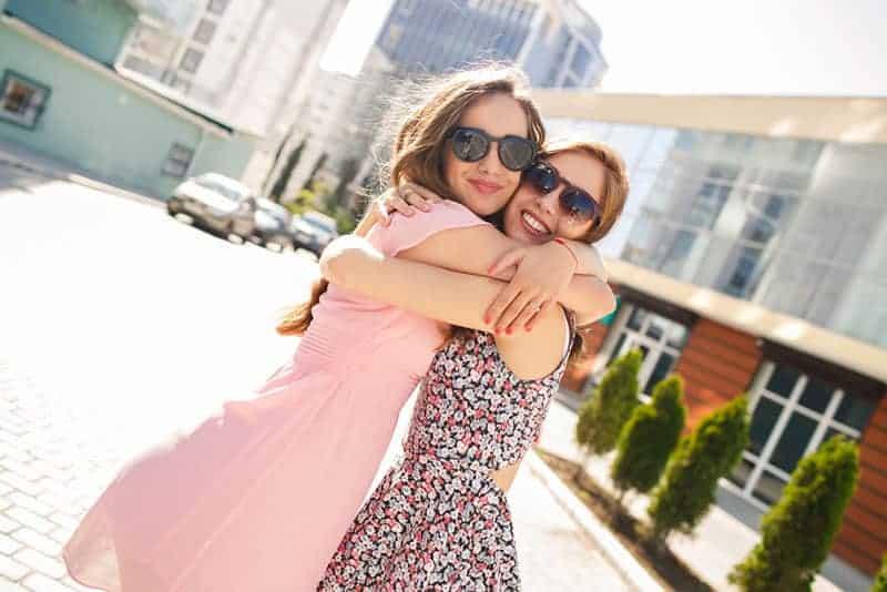junge Freunde umarmen sich auf der Straße