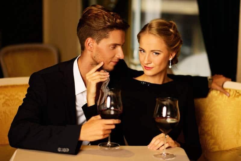 junges Paar im Luxusrestaurant