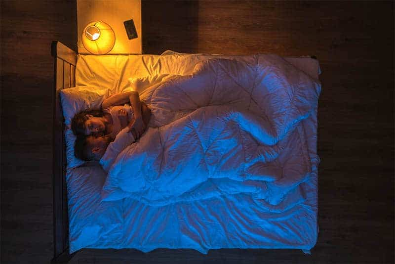 romantisches Paar im Bett liegen