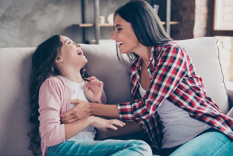 Das Besondere an einer Tante ist, dass sie das Kind ihres Bruders oder ihrer Schwester so lieben wird, als wäre es ihr eigenes. Ganz egal, ob sie ihre eigenen Kinder hat oder nicht, eine Nichte oder einen Neffen zu haben, ist eine ganz besondere Form der immerwährenden Liebe. Neffen oder Nichten empfinden eine besondere Art von Liebe und Verbundenheit mit ihrer Tante. Sie ist ihre beste Freundin und ihr treuester Verbündeter. Sie steht immer hinter ihnen und macht keinen Stress. Sie ist kein Ersatz für Eltern und will es auch nie sein. Sie ergänzt das Leben eines Kindes. Eine Tante zu sein ist das Coolste und Bereicherndste auf der Welt, und zwar aus diesen Gründen: 1. Du hast eine gute Ausrede, um dich wie ein Kind zu benehmen https://giphy.com/gifs/buzzfeed-711-this-mother-daughter-duo-slays-dance-off-to-beyonces-CVkqVRbLDT37G Zeichentrickfilme zu schauen, Gute-Nacht-Geschichten zu lesen, alle möglichen Spiele zu spielen, ohne dafür verurteilt zu werden, ist das Beste, was es gibt. Du musst es tun - du bist eine Tante. Du kannst wirklich wieder dein inneres Kind entdecken und all die Dinge tun, die du als Kind getan hast, und dabei neue Möglichkeiten entdecken, Spaß zu haben. 2. Du bist ein Vorbild https://giphy.com/gifs/beyonce-amber-rose-ayesha-curry-H8mHrjPswQ0Zq Eine Tante ist jemand, der erstaunlich, lustig und hilfsbereit ist. Sie hat dieses gewisse Etwas, das die Welt für ihre Nichten und Neffen zu einem besseren Ort macht. Wenn sie erwachsen werden, wollen sie genau so wie du sein. Fragt man sie also nach ihrem zukünftigen Traumjob, wird was auch immer du tust, der erste auf ihrer Liste sein. 3. Du bist ihre Vertrauensperson https://giphy.com/gifs/CBeebiesHQ-love-happy-fnQgUqpZq1ruKqKOox Du wirst alles über die Missgeschicke aus ihrer Kindheit wissen, du wirst alles über ihren ersten Schwarm und ihre Probleme im Kindergarten oder in der Schule hören. Tanten tragen nicht die Verantwortung, die die Eltern haben, also gehen sie alles locker und entspannt an. 