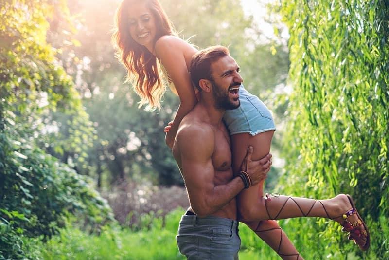 starker Mann hält Frau in den Armen