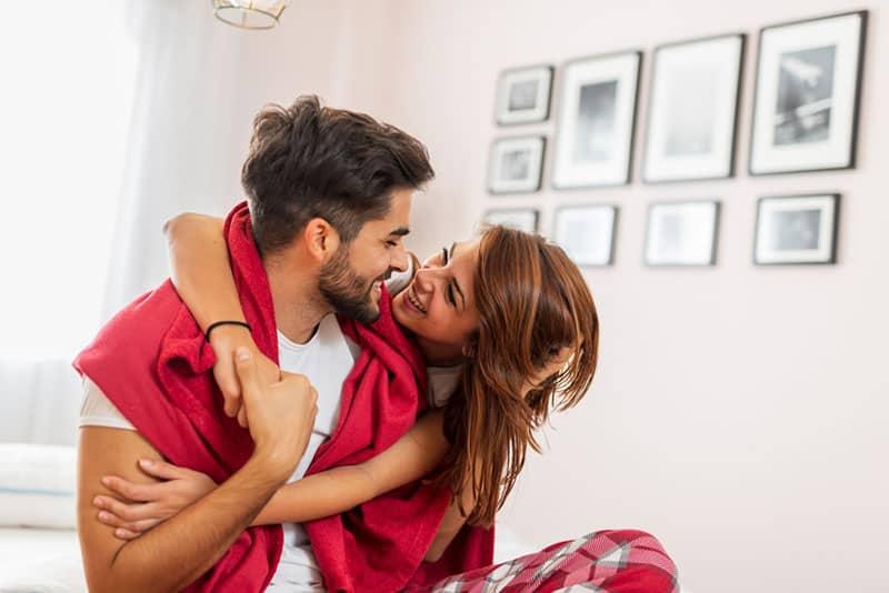 verliebtes Paar auf dem Bett kuscheln