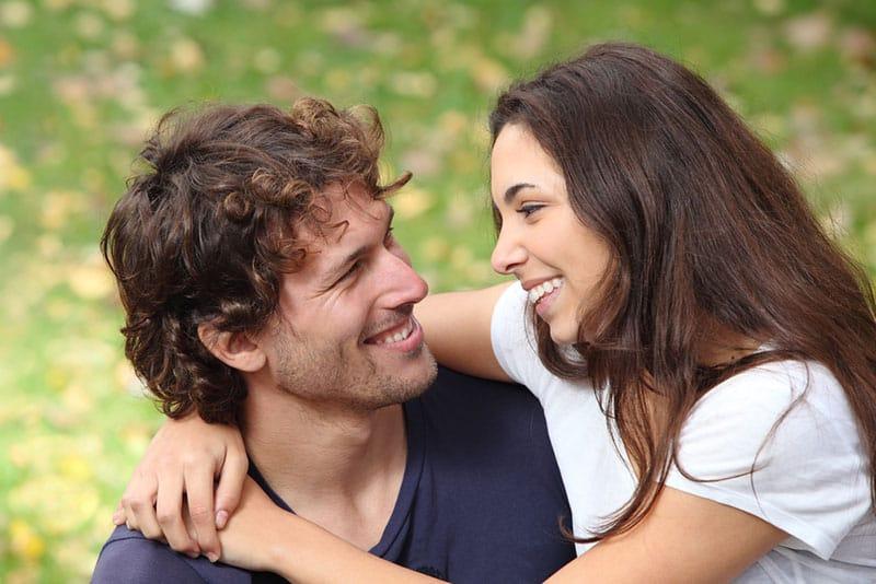 verliebtes Paar, das sich ansieht