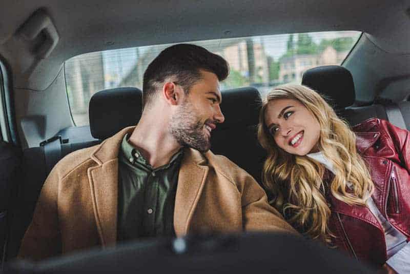 verliebtes Paar im Auto sitzen