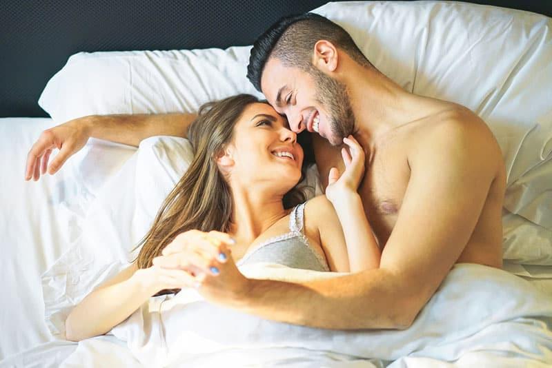 verliebtes Paar im Bett kuscheln