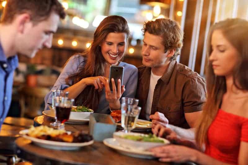 zwei liebende Paare, die in einem Restaurant zu Abend essen