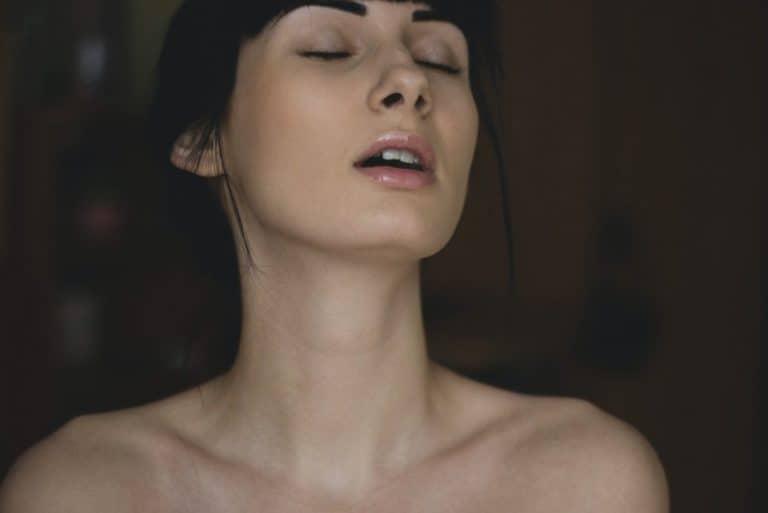 Das Mädchen genießt den Geschlechtsverkehr
