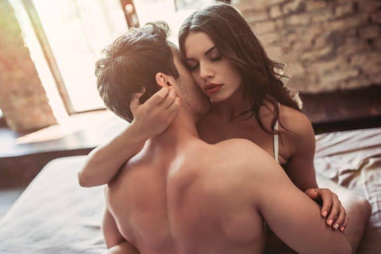 Das Mädchen genießt die Küsse auf den Hals