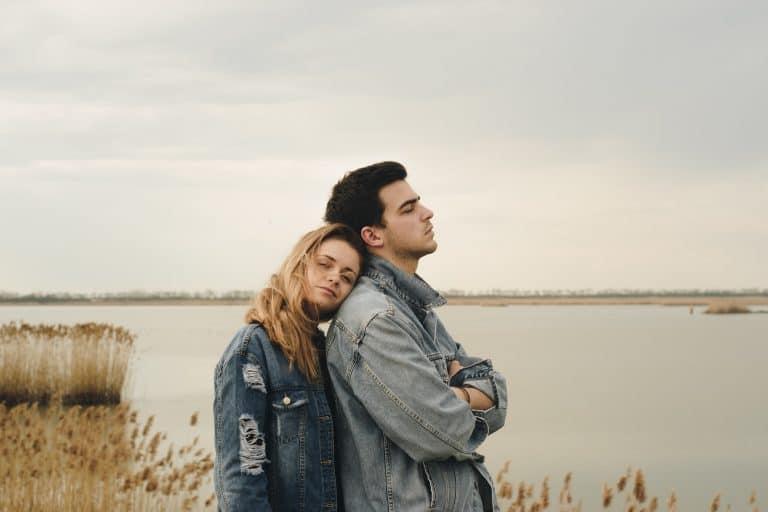 Das Paar steht am See