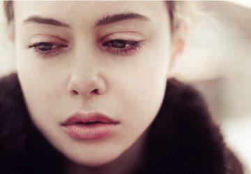ein Porträt einer schönen traurigen Frau