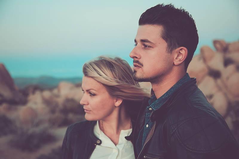 Der Mann und die Frau stehen nebeneinander und schauen in die Ferne