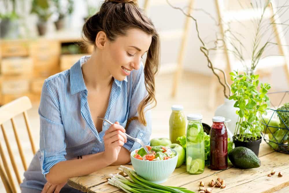 Die Frau sitzt und isst