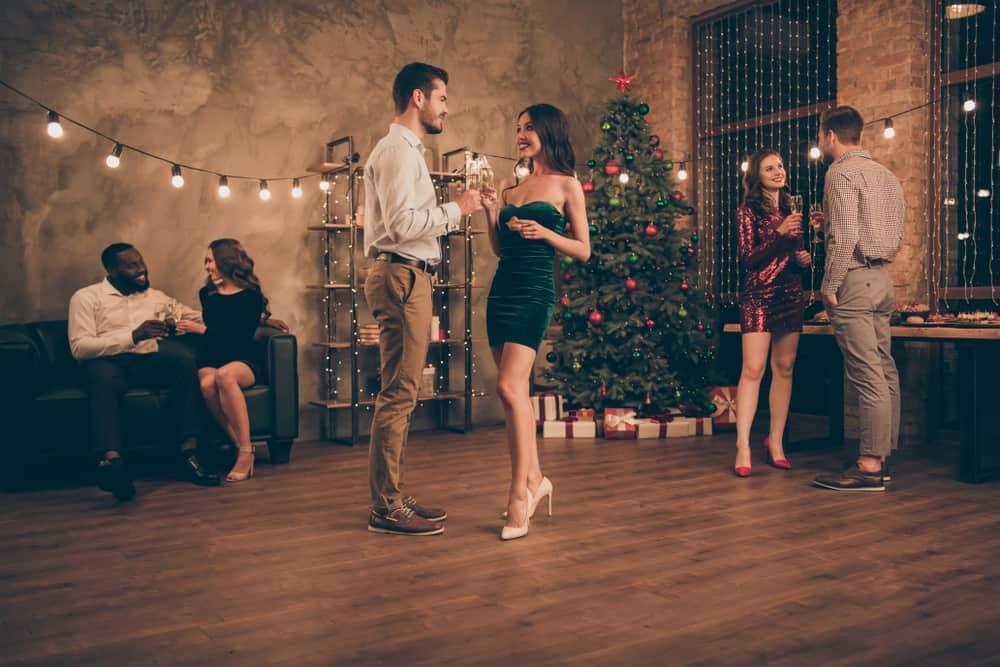 Drei liebende Paare genießen eine Weihnachtsfeier