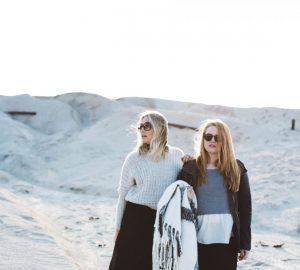 Zwei Mädchen gehen durch die Wüste