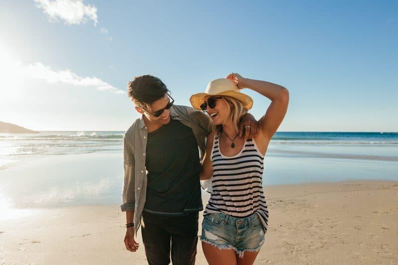 Ein Mann und eine Frau am Strand gehen spazieren
