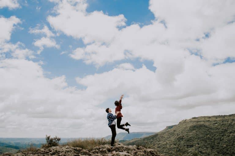 Ein Paar klettert auf einen Berg
