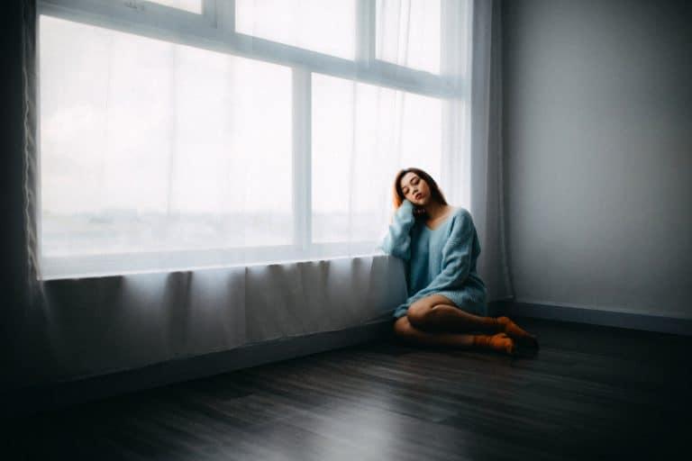 Ein einsames Mädchen sitzt auf dem Boden