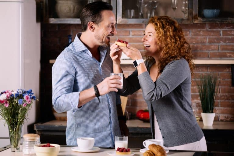 Frau gibt Ehemann Kuchen