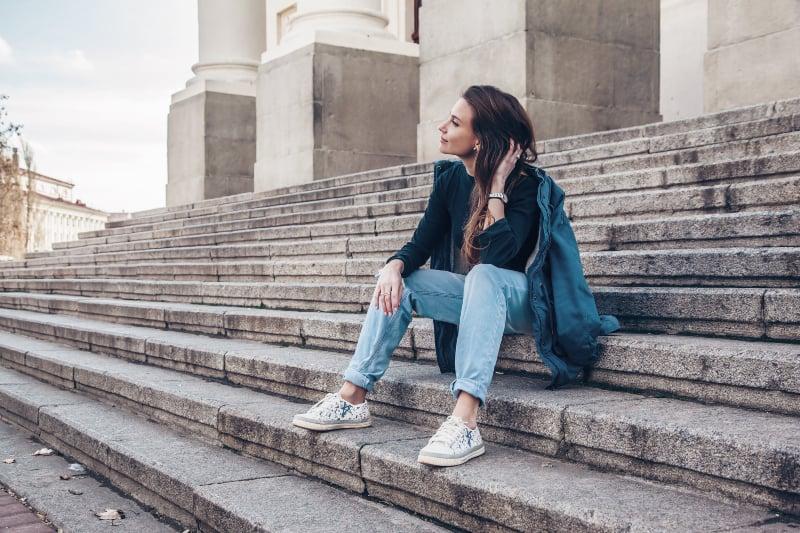 Frau trägt Freund Jeans