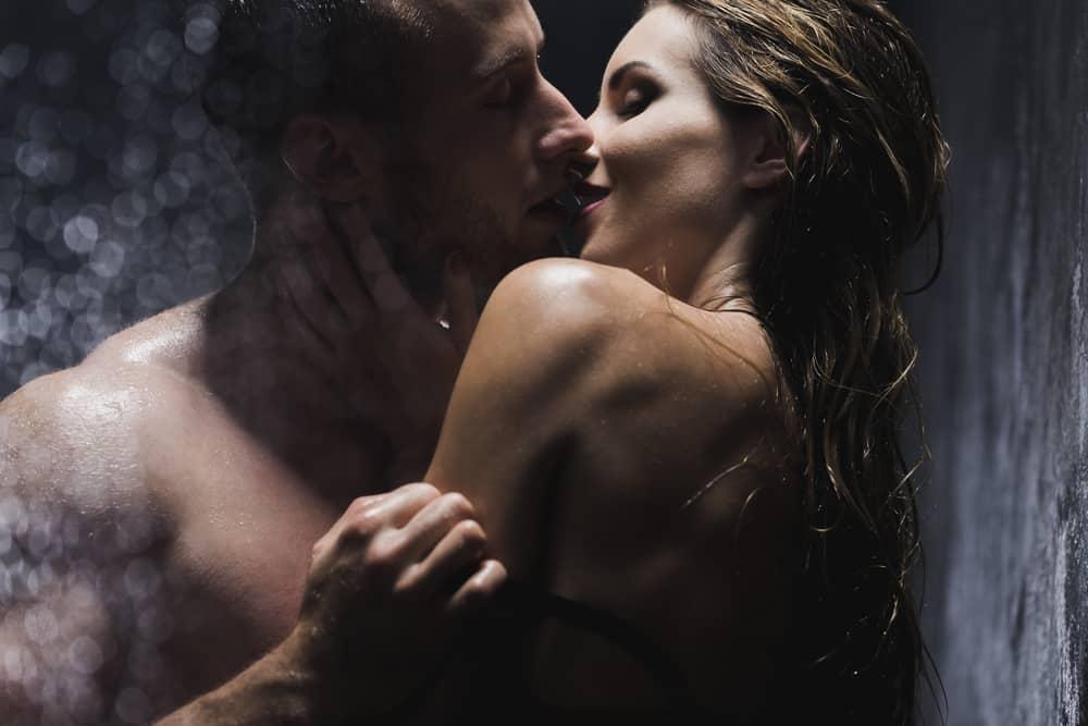 Geschlecht eines Mannes und einer Frau in der Dusche