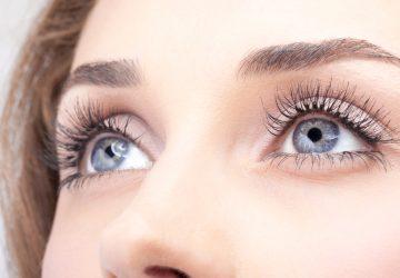 schöne weibliche Augen mit langen Wimpern