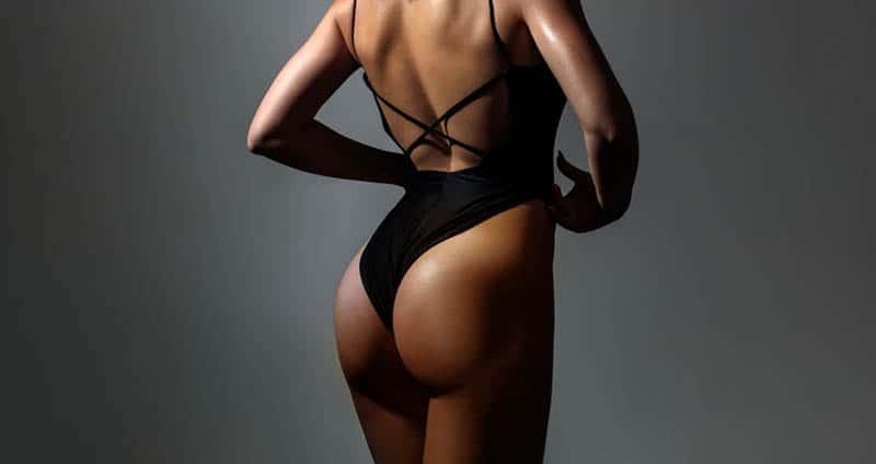 das Gesäß einer Frau in einem einteiligen Bikini