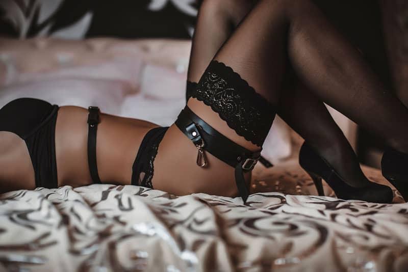 ein Foto einer Frau, die in sexy Dessous liegt