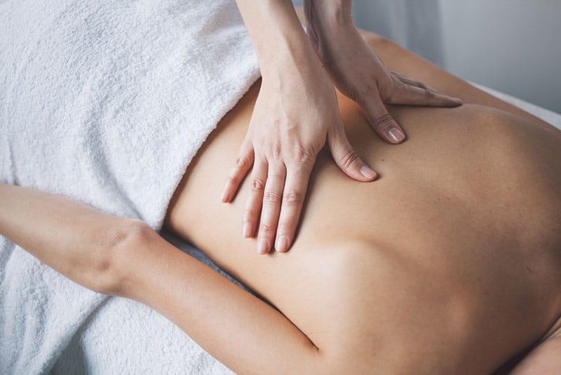 ein Foto von Händen, die eine Massage durchführen