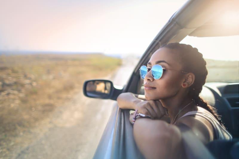 ein Mädchen in einem Auto unterwegs
