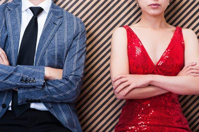 ein Mädchen in einem roten Kleid und ein Mann in einem Anzug