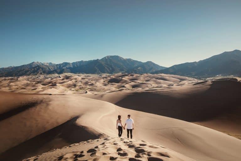 ein Paar in der Wüste spazieren