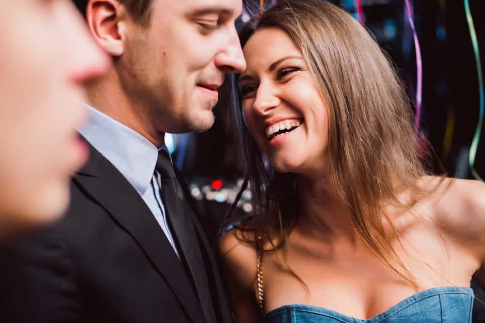 ein gutaussehender Mann und eine lächelnde Frau sprechen