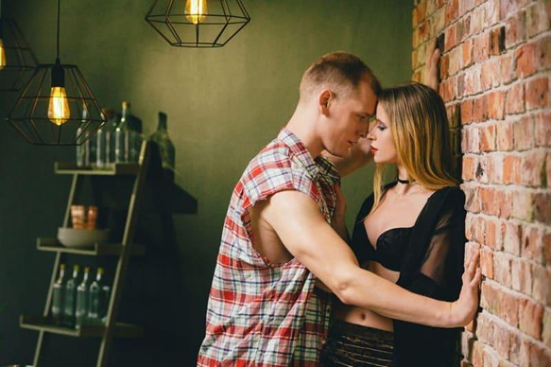 ein paar flirten gegen eine wand(1)