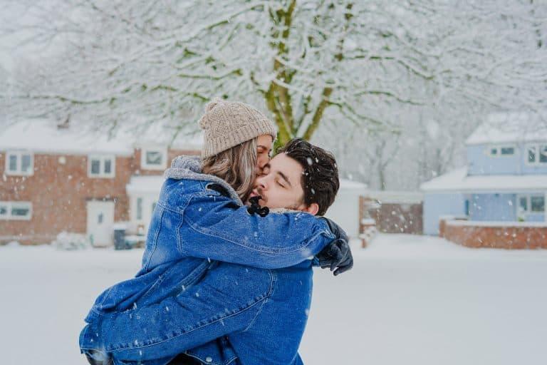 ein paar umarmen sich im schnee